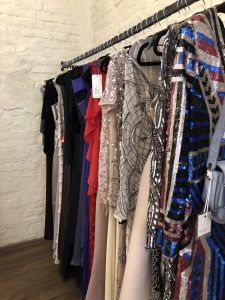 Parduodama moteriskiu drabuziu, sukneliu salonas